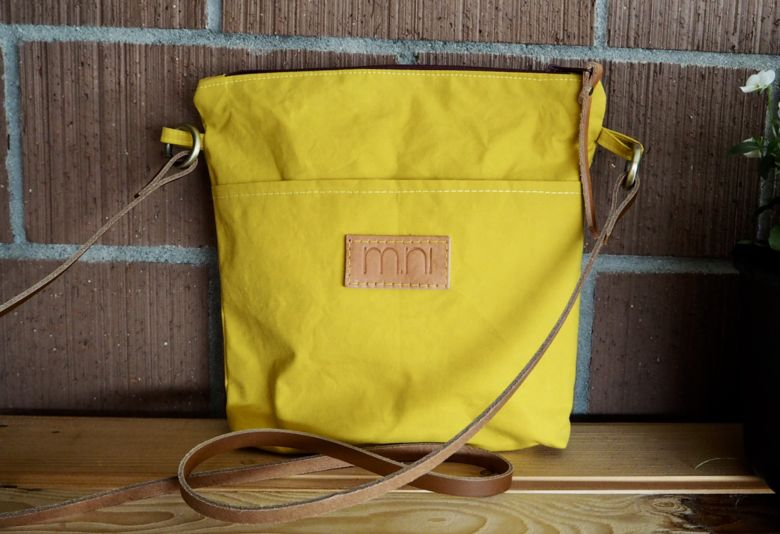 Crossbody Bag klein in safrangelb in gewachstem Canvas mit Naturledertraggurt