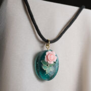 Eingebettete Rose - Medallion mit Rose in UV-Resin