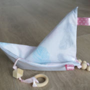 "Knistertuch Origami-Boot ""Federn"""