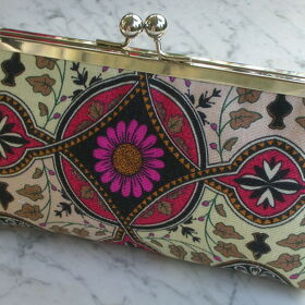 CLUTCH RED DAISY