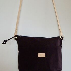"Crossbody Bag in Oilskin ""Ruth"" aubergine mit Naturledertraggurt"